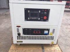定制机组:25kw静音汽油发电机改侧面板